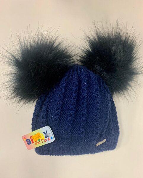 Cepure/Tumši zila ar diviem pūkainiem bumbuļiem.