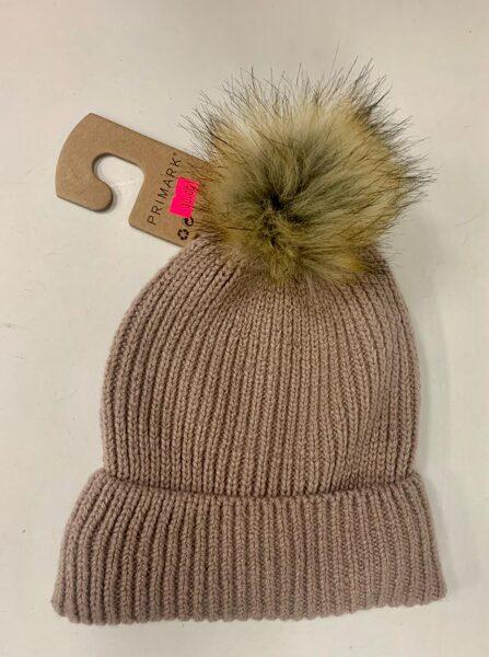 Cepure/Brūna ar pūkainu bumbuli.