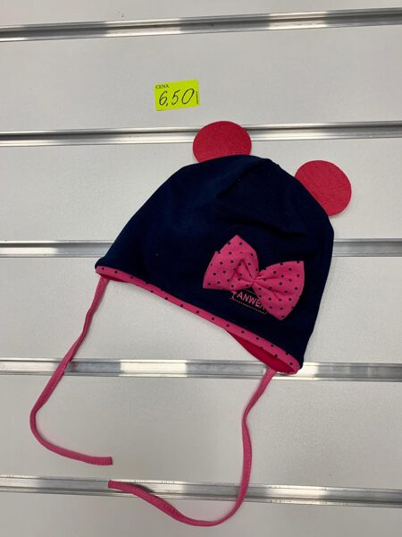 Pavasara cepure meitenēm/Melna ar sarkanām austiņām un rozā punktainu lenti/Izmēri paredzēti 1-3 gadi/Jāmēra.